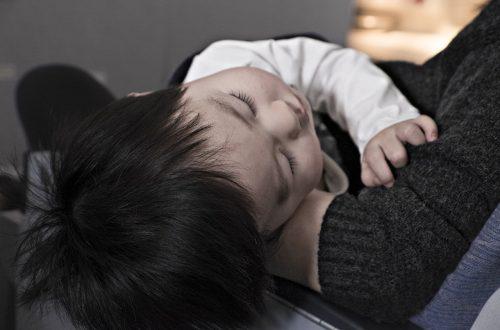 Bébé qui à lutter contre le sommeil